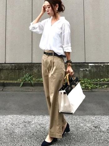 シャツをパンツにタックインしたメンズライクなコーデ。白とベージュを使っていることで柔らかな雰囲気に仕上がりますね。ベルトやシューズを黒でまとめるとワントーンコーデがほどよく引き締まります。