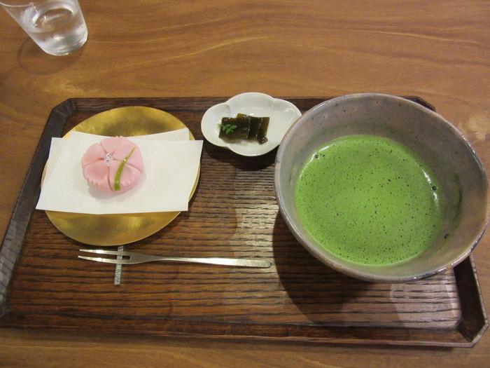 喫茶室で楽しむことができる「和菓子セット」は、上生菓子、焼菓子、季節の和菓子を選ぶ事ができ、飲み物もコーヒー、紅茶、ハーブティー、煎茶から選ぶことができます。追加料金はかかりますが、お抹茶に変更も可能です。お好みの組み合わせで、美味しい甘味を楽しみましょう。
