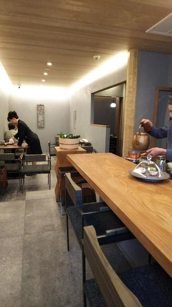 モダンな気品が漂う喫茶室。コーヒーや紅茶など、日本茶以外の飲み物に和菓子を合わせても、とてもしっくりくる雰囲気です。