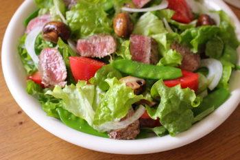 肉も野菜もバランスよく食べたい時は、野菜たっぷり食べ応えあるお肉を焼いてドーンと大皿に盛り付けた「ステーキサラダ」がオススメです!