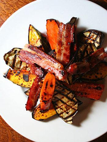 大きめにカットしたニンジンやかぼちゃやベーコンをグリルして作る「焼き野菜のサラダ」。グリルしたことで甘みを増した野菜に絡めたバルサミコがさらに野菜の旨味をさらに引き出してくれています。