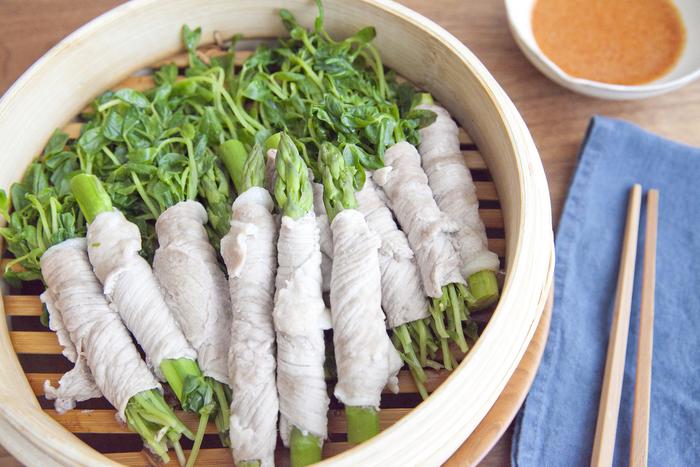 緑が鮮やかな、アスパラと豆苗を豚肉で巻いたせいろ蒸し。せいろで蒸すことで野菜と豚肉のうまみを存分に味わうことができます。ピリ辛ごまだれとの相性も抜群!