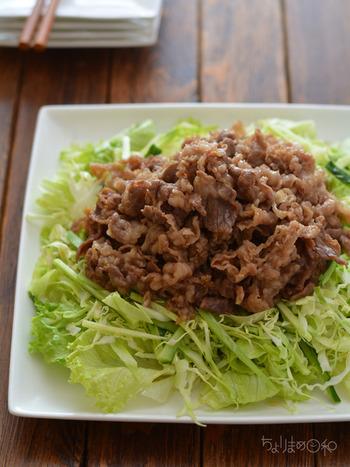 甘辛く炒め煮した牛肉を刻んだ野菜の上にドーンと載せたボリューム満点のサラダです。生姜が効いて美味しい!