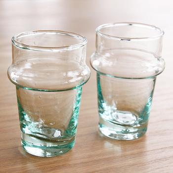 モロッコ雑貨のdear moroccoのリサイクルガラスを使用したハンドメイドのグラス。光に透かすと淡いグリーンが優しく、手にするのが自然と楽しみに…。