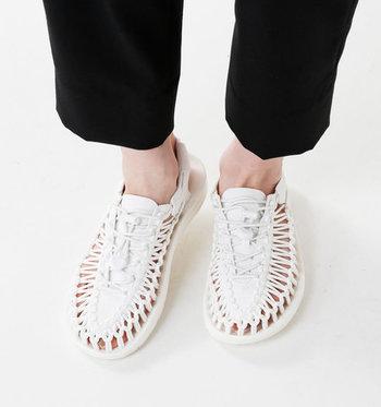 ユニークで遊び心のある「KEEN(キーン)」のサンダル。2本のコードを足にフィットさせて履くスタイル。素足でも履けて、通気性もバツグン。
