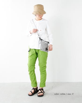 両手が使えると便利なバーベキューの時は、斜め掛けできる軽いショルダーは重宝します。お財布やスマホなど貴重品を持ち歩くのに便利です。