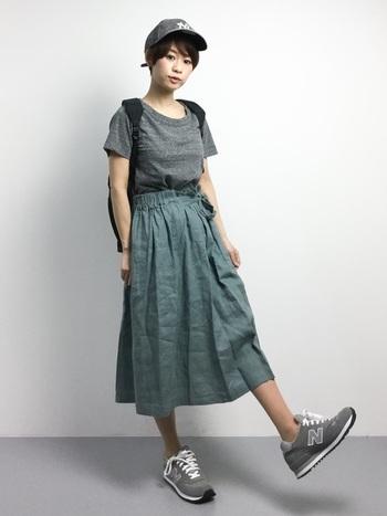 グレーのTシャツにグリーンのスカートを合わせた、落ち着いた配色のコーデ。ロングすぎないスカートは、バーベキューの時でも安心です。