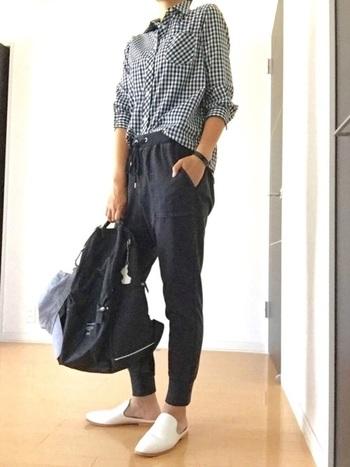 楽ちんな履き心地のスウェットのパンツに、ギンガムチェックのシャツを合わせてカジュアル感をダウン。