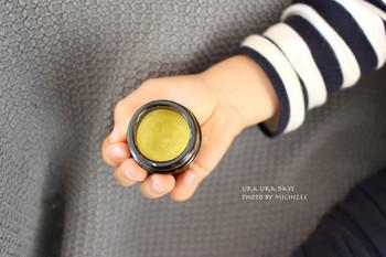 カラーや質感は素材によってさまざまですが、ミツロウを使ったものだと、ほとんどの場合はイエローよりの自然なカラーになるようです。