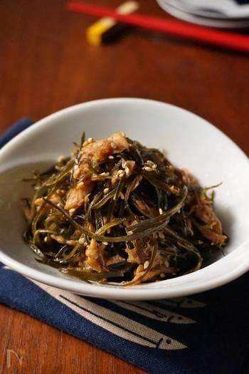 どんな食材ともマッチしてしまうツナは、昆布とも相性抜群◎醤油と砂糖で甘辛く炒めた、ご飯が進む常備菜です。昆布は細切りにして食べやすく。おにぎりの具にもちょうど良いですね。