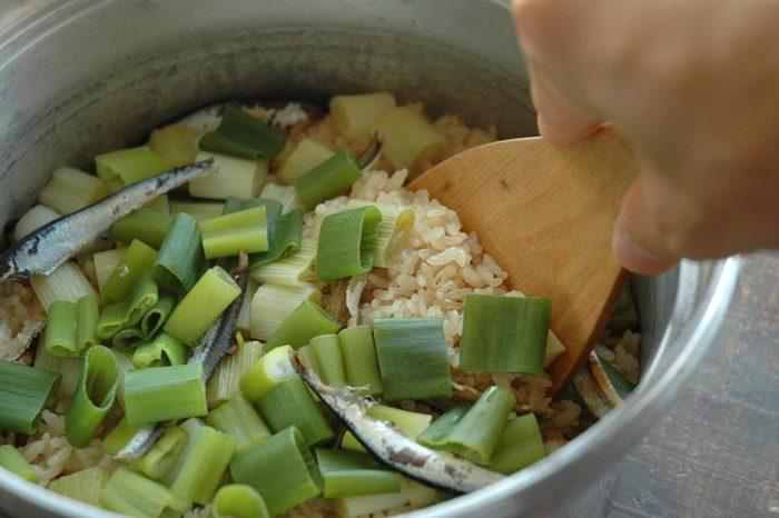 煮干しはカルシウムやDHA、EPAなどの不飽和脂肪酸も豊富に含まれています。こちらは、煮干しのだしがらとねぎを混ぜこんだ炊き込みご飯。具材は少なくシンプルですが、ねぎの甘みと煮干しの風味がじっくり味わえます。美味しく頂くために、煮干しは頭とわた、中骨を取り除いておきましょう。