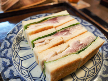 そのメニューの中で絶対というほど食べて欲しいのが、この「鯖サンド」!!今まで食べたいことのない組み合わせにびっくりしますが、1口食べれば顔がほころぶこと間違いなしです。肉厚のシメサバと、大葉、古漬けのたくあん、生姜、それらがバターを塗ったトーストパンでサンドされたこの鯖サンドは、なんども食べたくなる噂のサンドイッチ。