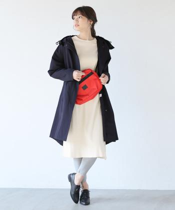スカートやパンツ様々なボトムスに合い、合わせるインナーを選びません。また、写真のようなカジュアルなスタイルには、ネイビーは使いやすく◎。