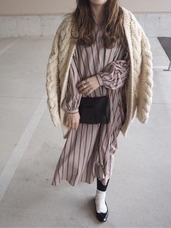 ロングシャツワンピースにざっくり編みのニットカーディガンを合わせた秋冬コーデ。足元もソックスタイツで防寒対策もばっちりです。斜め掛けポシェットでアクセントを加えて。