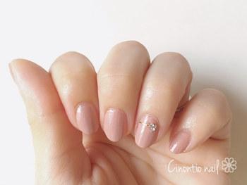 「ワンカラー」は、爪全体を一色で塗るデザイン。ベージュやピンクにすればシンプルで上品です。1本だけにラインやストーンをのせるとおしゃれですね。