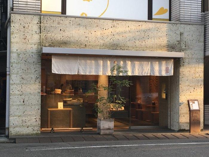 「成城アルプス」のほぼ向かい側にある「あんや」は、大正7年創業の「成城凮月堂」が運営する和菓子店です。上品でスタイリッシュな店構えが成城の街に馴染んでいます。