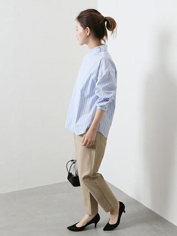 ストライプ柄のバンドカラーシャツとベイカーパンツのスタイリングは、足元をブラックのパンプスにするだけで、オフィスでもOKな着こなしに。オンオフ問わず使えるコーディネートです。