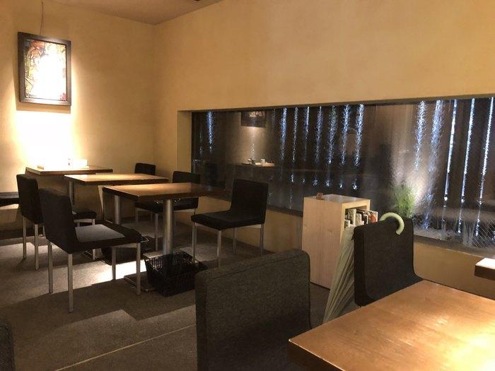 店舗の奥にある茶房は、ほんのり暗めの照明で落ち着いた雰囲気。席数が少なめなので満席になることも多く、のんびりおしゃべりする...というより、和菓子の繊細な美味しさを楽しみたい場所です。