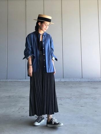 黒デニムプリーツスカートにブルーのコットンシャツを合わせたフェミニンカジュアルスタイル。ストローハットで爽やかなナチュラル感をプラスしています。