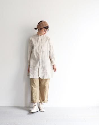 バンドカラーは首元に丸みのあるデザインなので、女性らしい 雰囲気を演出できます。またスッキリとした襟周りのため、レイヤードスタイルにも使いやすいアイテムでもあります。  そんなバンドカラーシャツを使った、素敵なコーディネートをさっそくチェックしていきましょう!