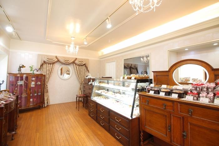 アンティークな雰囲気の家具やシャンデリアなど、店内もため息が出るような優雅さ。ショーケースの中には色とりどりの美しいケーキ、そして、棚には焼き菓子やクッキー、チョコレートが並びます。