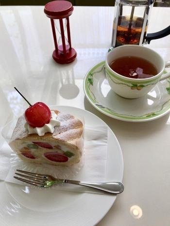 レトロで可愛いこちらのケーキは「プランタン」。ヨーグルトクリームと大きめにカットされたフルーツがさっぱりとした後味です。フルーツもツヤツヤとして、まるで宝石のよう。周りは柔らかなビスキュイに包まれています。