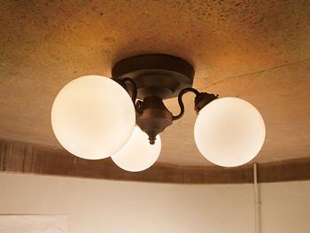 もちろん、照明選びは、喫茶店のように、癒しとレトロ感を楽しめる、クラシカルなデザインをチョイスしてくださいね。  例えばこのような、3灯のシーリングランプ。まん丸のフォルムが柔らかでです。シンプルでありながらレトロ感を感じさせてくれます。