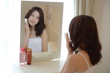 使い方は、洗顔後コットンに500円玉大を含ませ、優しく触れるように拭き取っていきます。  小鼻の周りやTゾーンなどからスタートし、顔の内側から外側へ、下から上へ、さらには首やデコルテラインまで同様に拭き取ります。  なお、SK2で販売されている3層構造の天然コットンを使えば、めくりながら常に清潔な状態で拭き取りをすることができますよ。