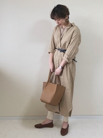 リネン混のシャツワンピースも、ホワイト系の裾フリルレギンスを組み合わせることでグッと今年らしい雰囲気に。ウエストマークで脚長効果も◎