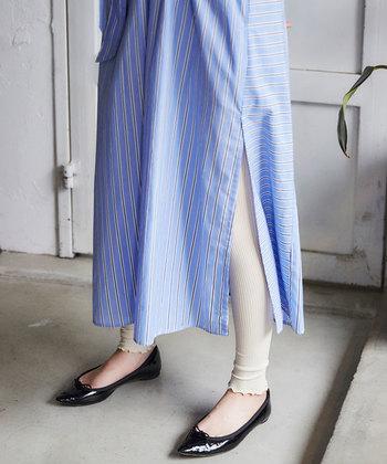 春夏レギンス、暑さで履き心地が良くないのではないかと思われがちですが、夏でも快適な素材のレギンスはたくさんあります。また、薄手のワンピースやスカートとの相性も抜群です!色味もベージュやホワイト系を選べば重くなり過ぎず、爽やかなコーデに。