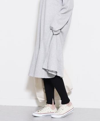 今年のレギンスの特徴はスリットやフリルなど裾に変化のあるもの。黒のレギンスはスリットが入ることで軽やかに見えるので、春夏にはオススメです。