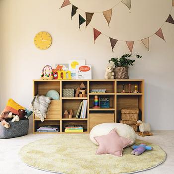 縦置きにしても、横置きにしても使えるデザインです。子供部屋では横に置いて、低いインテリアが便利そう。