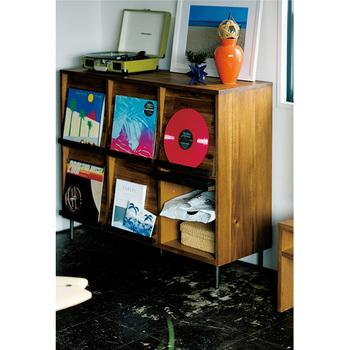 雑誌や本、レコードなどを飾りながら収納したい。そんな人にはこんなラックがぴったりです。ディスプレイしながらしっかり収納することができます。