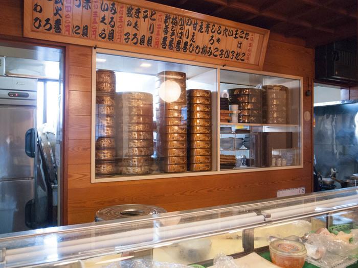しらす漁で有名な鎌倉の腰越は、しらす丼を目当てにたくさんの観光客が訪れます。腰越漁港のある国道沿いの飲食店は行列になりやすいのですが、こちらの「寿司懐石 かご家」は住宅街の奥にひっそりと佇む穴場のお店。生まれも育ちも腰越のご主人が、腰越漁港の鮮魚を腕をふるって料理してくれます。