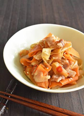 ピーラーで簡単に作れる「人参と大根のきんぴら」。食物繊維もビタミンも摂取でき、味付けも甘辛く満足感を得られるレシピです。
