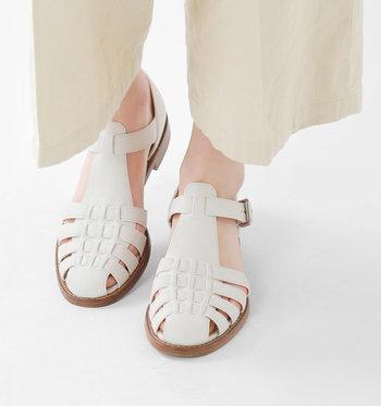 英国紳士靴の老舗メーカー「CHURCH'S(チャーチ)」のレザーサンダル。品格漂う上質なレザーの編み込みとシャープなシルエットがどこかクラシカルな印象。