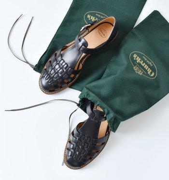 ブラックはメンズライクな雰囲気。かっちりとした高品質なサンダルで、英国の老舗ブランドならではの高貴な空気感が漂います。