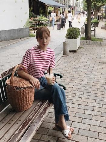 ボーダーTにジーンズという定番スタイルに、ホワイトのサンダルをチョイス。ご近所ファッションに見えないのは、洒落たかごバッグの効果ですね。