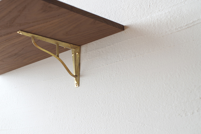 真鍮製の棚受けは大人っぽくて洗練された印象にも、アンティークな印象にもなりそう。女性でも簡単に取り付けられます。