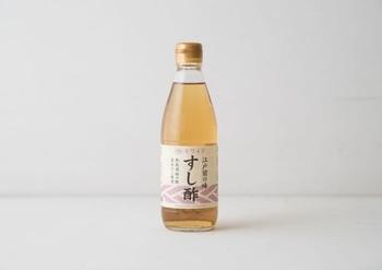 画像は大正期に創業の私市(キサイチ)醸造の「すし酢」。 原材料に国内製造の醸造酢、砂糖、食塩、かつおだし、こんぶだしが使われた合わせ酢です。