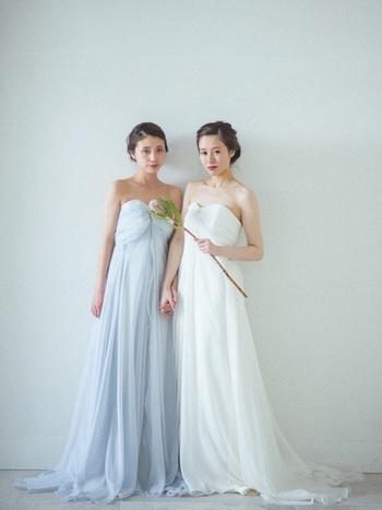 柔らかなラインが女性らしい魅力を高めてくれる、こんなナチュラルなドレスは小枝アクセサリーとの相性抜群。シンプルなドレスだからこそ、繊細なアクセサリーが美しく輝きます。