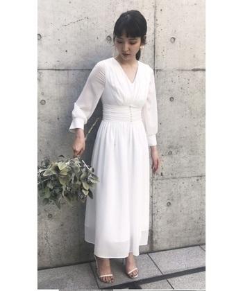 レストランウェディングや二次会など、リラックスして着こなせるすっきりとしたホワイトドレス。小枝アクセサリーでさり気ない華やかさを演出すれば、花嫁らしいアクセントに♪