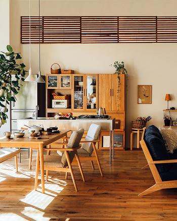 本や雑貨など、色々なものが集まるリビング。家具の素材や色を統一すると、スッキリとした印象になります。今ある家具の色調やテイストを踏まえて収納家具を買い足しましょう。