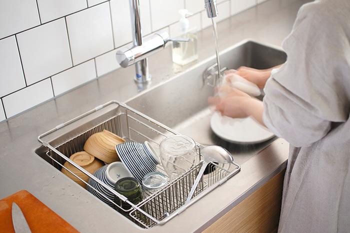 シンクの幅にすぽっと入ってくれるバスケット、食器の他に洗ったお野菜を乗せておいたりしても。作業スペースを広く取れて、快適に調理が進みそう。