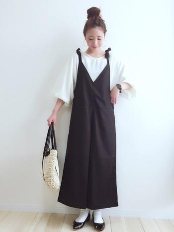 白インナーやソックス、バッグなどを白で合わせて、黒サロペットを引き立たせた、おしゃれな春のモノトーンコーデ。めずらしい肩のリボンやスカート見えする広がった裾に女性らしさがあり、気軽にきれいめコーデができます♪