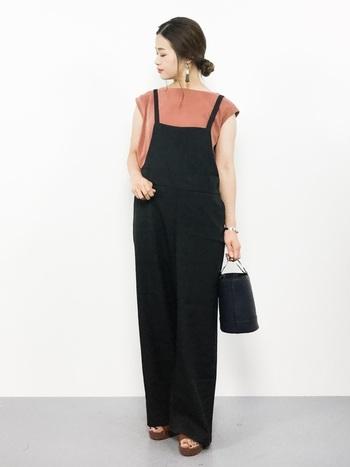 さらさら上質な肌触りで、しなやかなシルエットの黒サロペットに落ち着きあるピンクのシャツの組み合わせ。シルバーの小物をアクセントに、ラフに着ながらも、女性らしく上品なスタイリングに仕上げています。