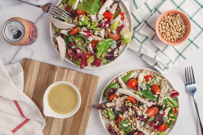 季節は春。ポカポカ陽気に誘われて、さっぱりと食べられるサラダが恋しくなりますね!具材をちぎったり、切ったり、色のバランスを考えながら…サラダはお料理初心者さんでも、簡単に作れる嬉しいレシピ。今回は、おもてなしシーンにもサマになる、ちょっぴり豪華な「サラダ」レシピをご紹介したいと思います。毎日の食卓には勿論、笑顔が集まるシーンに、是非、美味しいサラダで楽しいひと時を…。