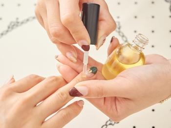 ネイルサロンでは、ジェルネイルの仕上げにネイルオイルを塗って終了です。ネイルオイルには指先の乾燥やささくれなどのトラブルを防ぐ役割があります。おうちでもネイルオイルでケアするとキレイな指先をキープできますよ♪