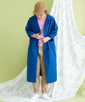 定番のチノパンは、裾を折り返して自分に似合うシルエットに。ベージュ×ピンク×ブルーの計算された色使いにもご注目。