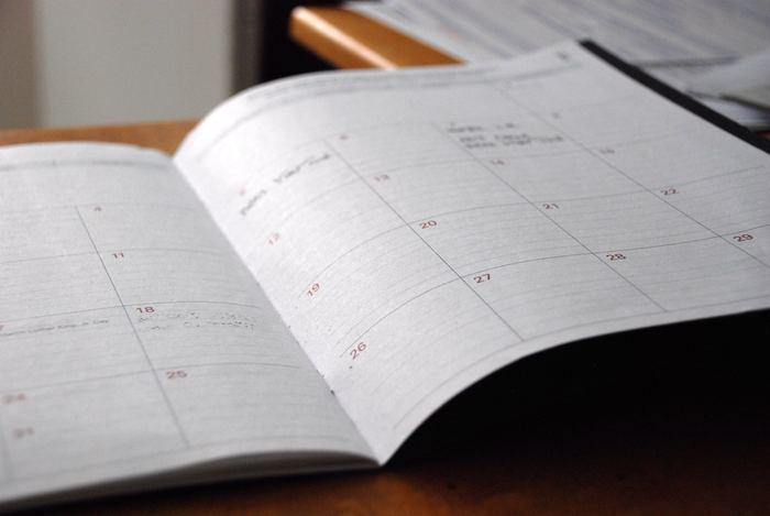 もっと直近の目標を実現したいなら、未来日記がおすすめです。バーチカル手帳に翌月の目標、その週の目標を書きます。ポイントは叶ったつもりで、完了形で書くこと。イラストを添えたり写真を貼ったりするのもOKです。日常を楽しくさせる、未来日記を始めてみましょう。